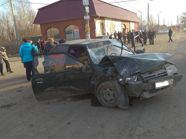 На Южном Урале нетрезвый водитель протаранил стоящий автомобиль: пострадала женщина