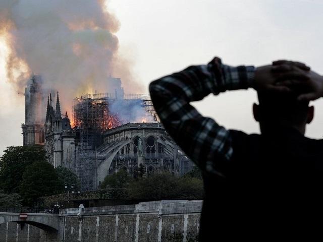 Девятичасовой пожар уничтожил собор Парижской Богоматери