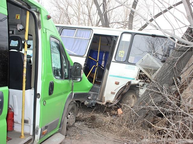 70-летний водитель кроссовера «отправил» в кювет маршрутные «ПАЗ» и микроавтобус
