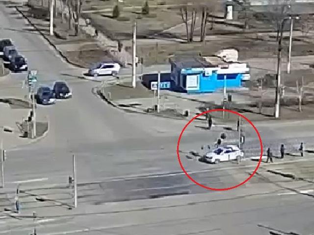 Жуткий момент наезда иномарки на женщину в Челябинской области попал на видео