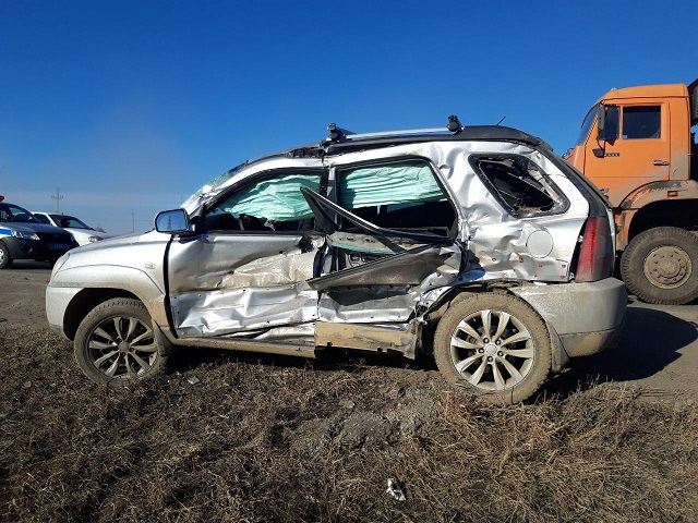 В Челябинске водителя кроссовера доставили в больницу после ДТП с «КамАЗом»