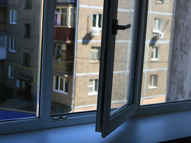 В Челябинской области ребенок выпал из окна