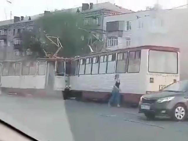На Южном Урале два трамвая сошлись в лобовом столкновении (видео)