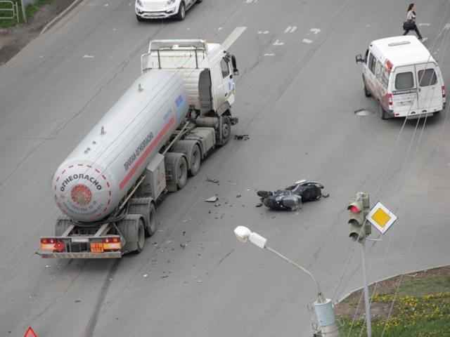 В Челябинске мотоциклист и газовоз не смогли поделить дорогу