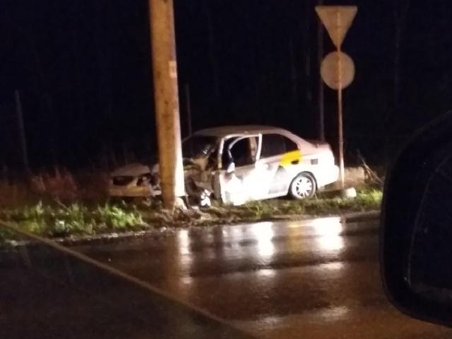 В Челябинской области такси врезалось в столб