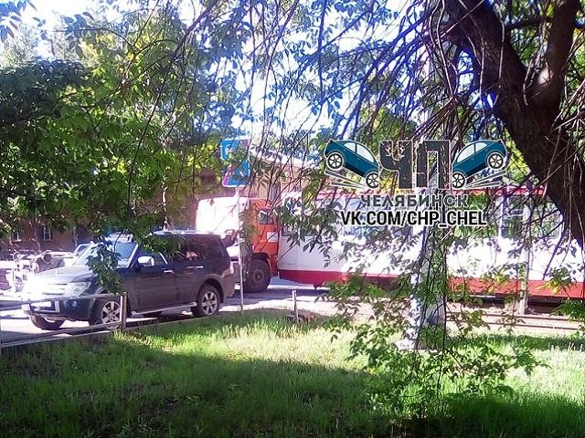 В Челябинске «КамАЗ» не поделил дорогу с трамваем