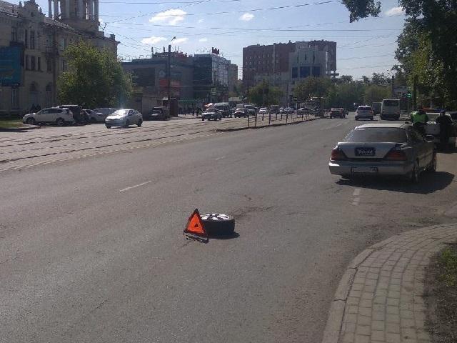 В Челябинске отлетевшее колесо травмировало женщину на остановке
