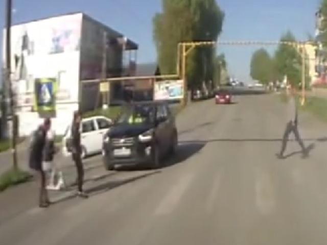 Наезд 70-летнего водителя кроссовера на девочку в Челябинской области попал на видео