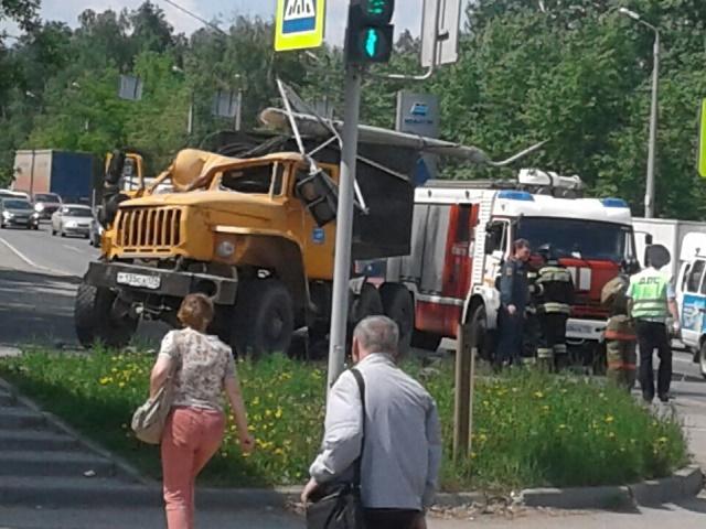 Южноуралец на грузовике протаранил столб