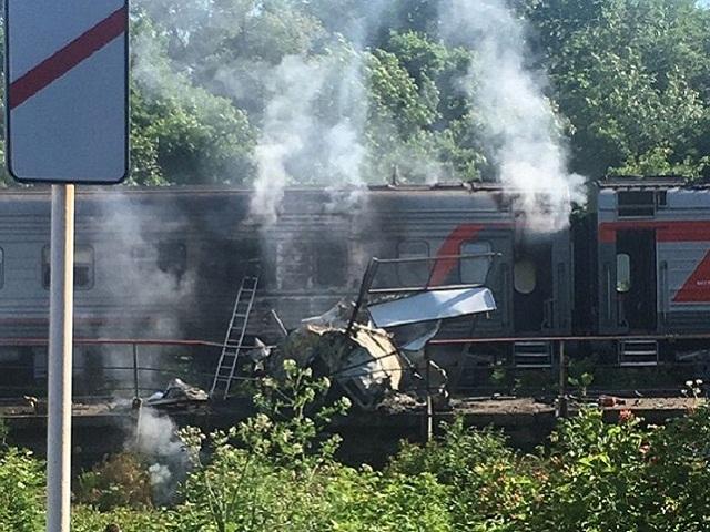В столкновении поезда Адлер – Нижневартовск и грузовика пострадали 16 человек