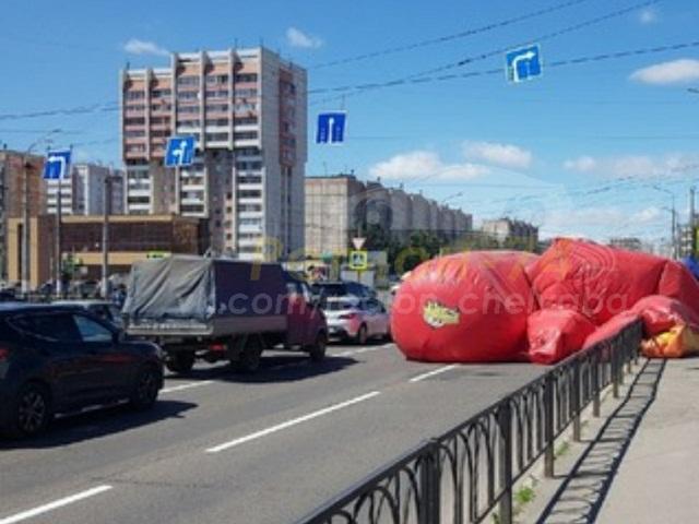 На Южном Урале порыв ветра унес детский батут на дорогу