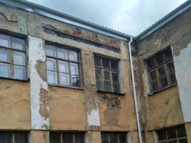 Южноуральцев шокировал облезлый фасад школы