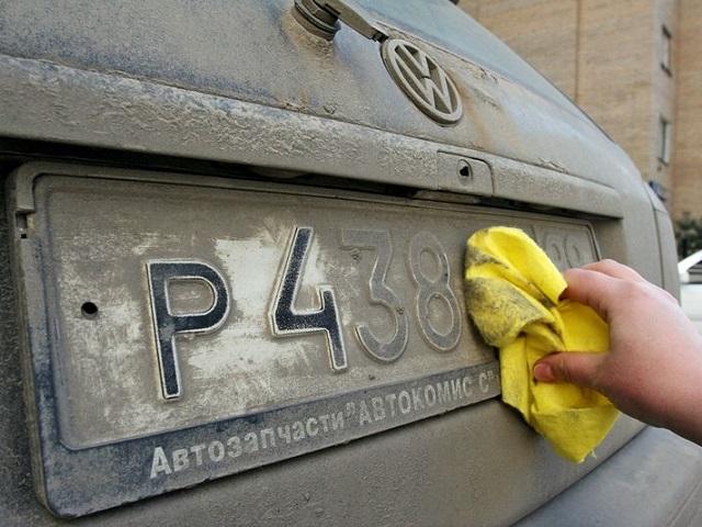 Российских водителей будут лишать прав за грязные номера