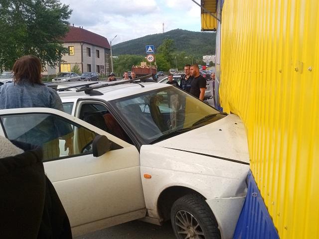 В Миассе водитель легковушки протаранил стену шиномонтажной мастерской