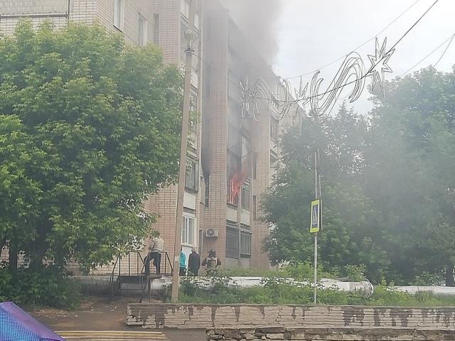 Южноуральцев эвакуировали из-за пожара в пятиэтажке