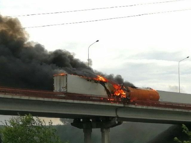 В Челябинской области битумовоз загорелся после столкновения с фурой на трассе