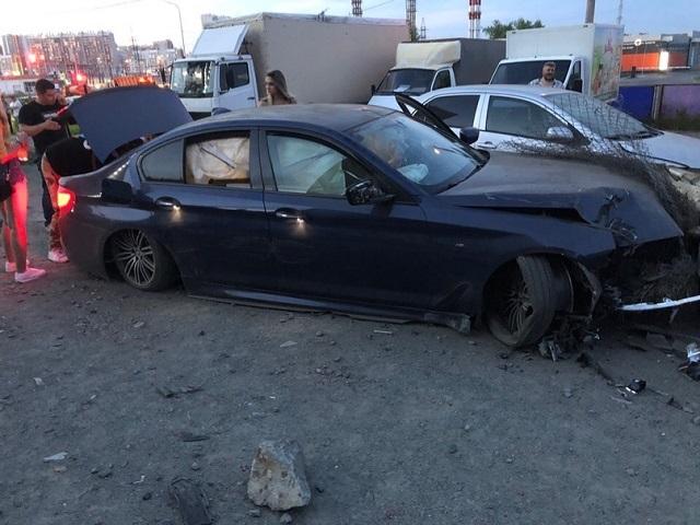 В Челябинске водитель BMW с «красивыми» номерами протаранил несколько машин на парковке