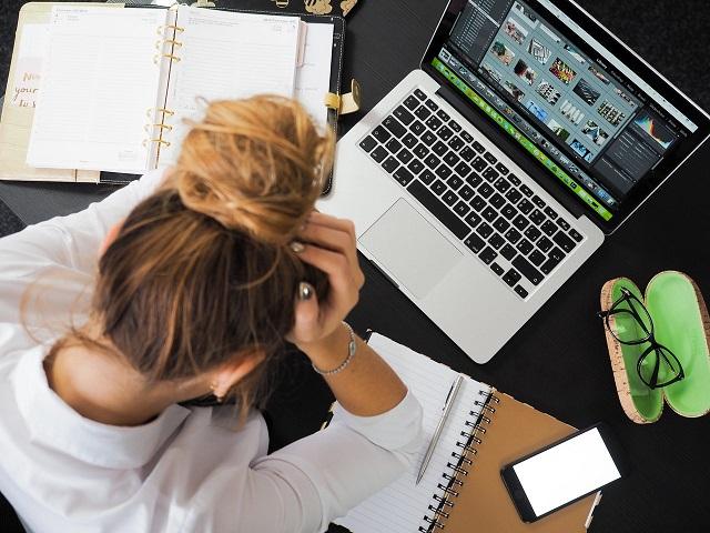 Медики рассказали о смертельном вреде работы более 10 часов в сутки