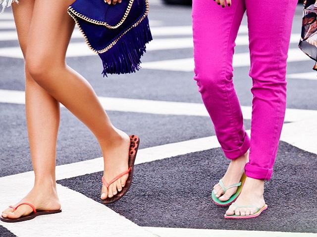 Популярную летнюю обувь признали опасной для здоровья