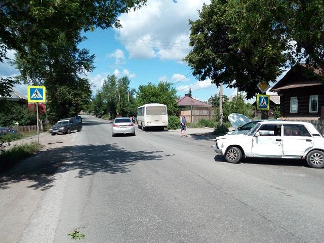 В Миассе водитель автобуса устроил массовое ДТП с четырьмя автомобилями