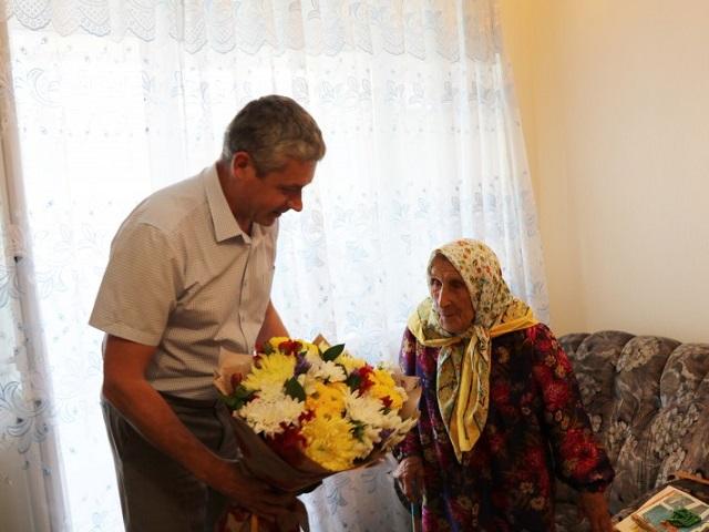 Глава округа Григорий Тонких поздравил жительницу Миасса со 100-летним юбилеем