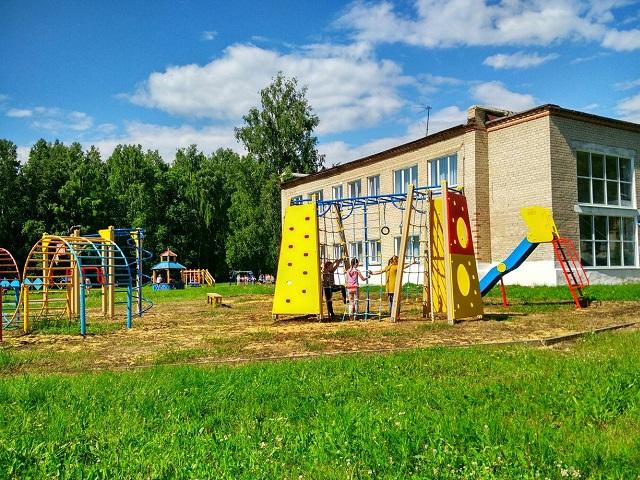 В Миассе семилетний ребёнок выпал из окна второго этажа в детском лагере