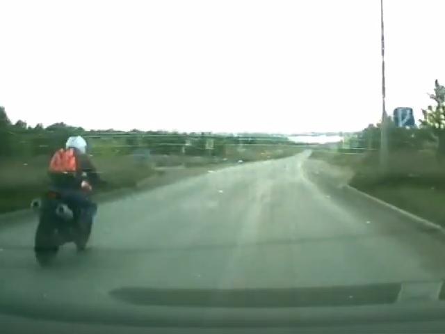 Мотоцикл разорвало пополам: жуткое ДТП в Челябинской области попало на видео
