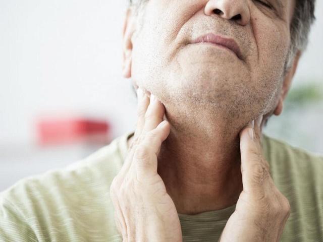 Онкологи назвали симптомы рака головы и шеи