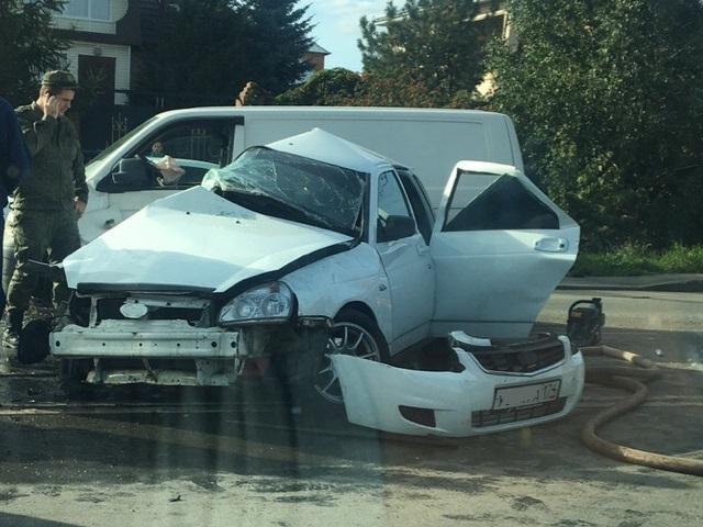 В Челябинске водителя зажало в салоне легковушки после столкновения с минивэном