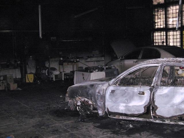 На Южном Урале трое приятелей выкрали из автосервиса 300 тысяч рублей и сожгли машины клиентов