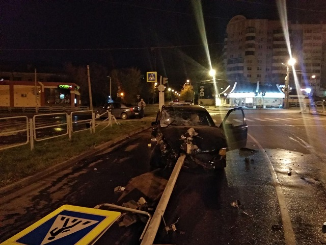 В Челябинске пьяный парень за рулём BMW снёс светофор после столкновения с легковушкой
