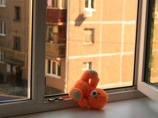 В Челябинской области малыш выпал с седьмого этажа и чудом остался жив