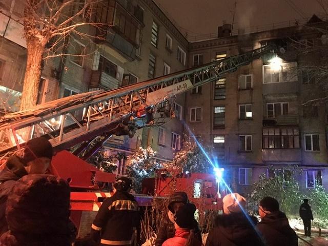 На Южном Урале жителей дома эвакуировали ночью из-за горящей квартиры