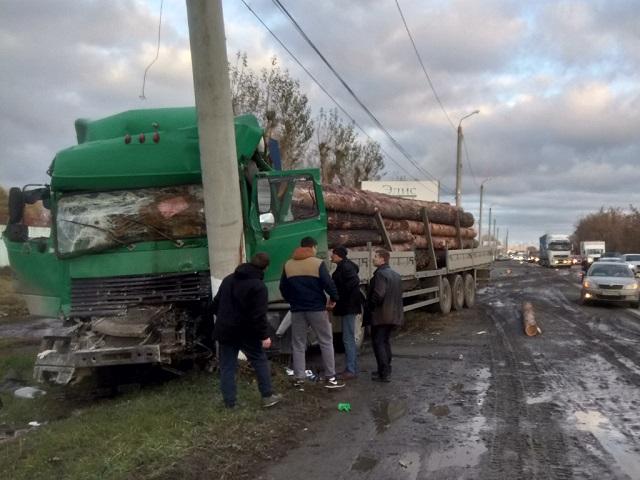 Погиб водитель: на Южном Урале большегруз врезался в бетонный столб