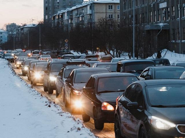 Утром Челябинск застрял в 10-балльных пробках