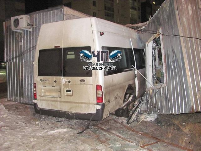 В Челябинске микроавтобус после ДТП врезался в строительный вагончик