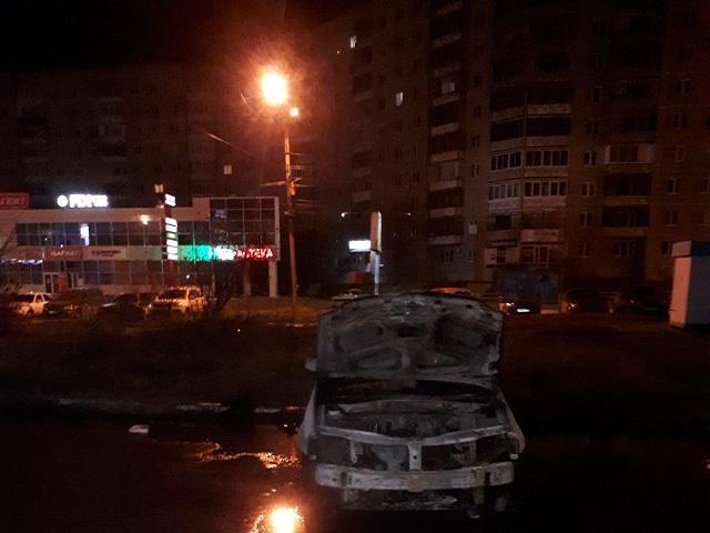 Миасские огнеборцы тушили вспыхнувший в центре города автомобиль