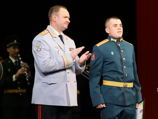 На Южном Урале наградили военного, спасшего ребенка из горящей машины