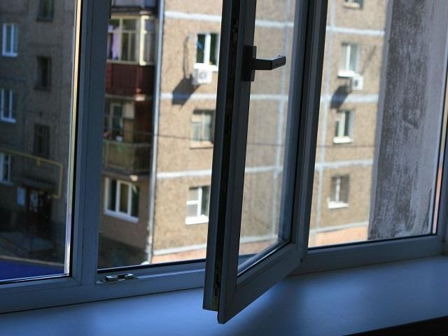 На Южном Урале 13-летняя девочка выпала из окна на шестом этаже
