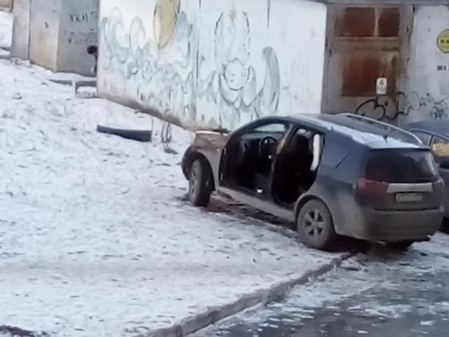 В Челябинске разобрали припаркованную во дворе машину