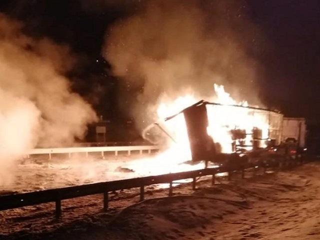 В Челябинской области после столкновения с бензовозом сгорела фура