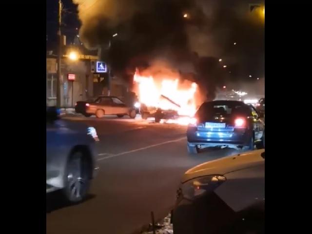 В Челябинске автомобиль выгорел после ДТП на перекрёстке
