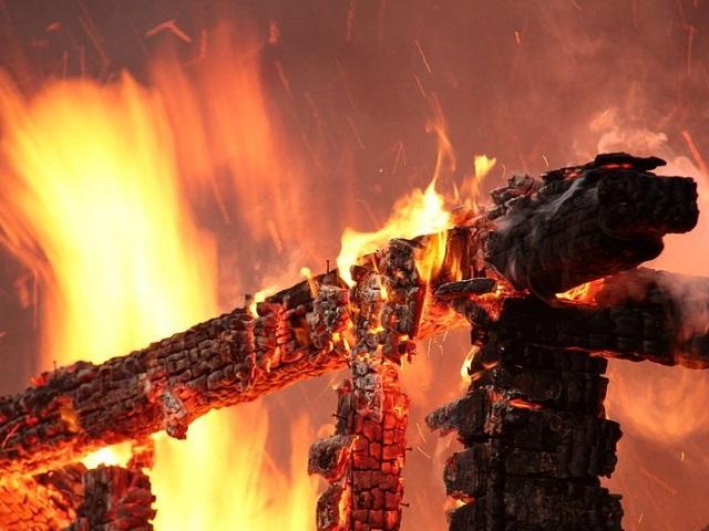 Миасские пожарные ночью тушили деревянную баню