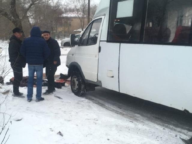 Протащил пешехода несколько метров: на Южном Урале водитель маршрутки вылетел на остановку