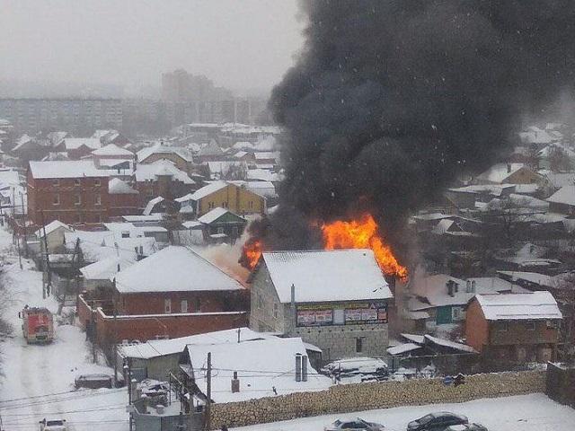 В Челябинске полыхает частный дом