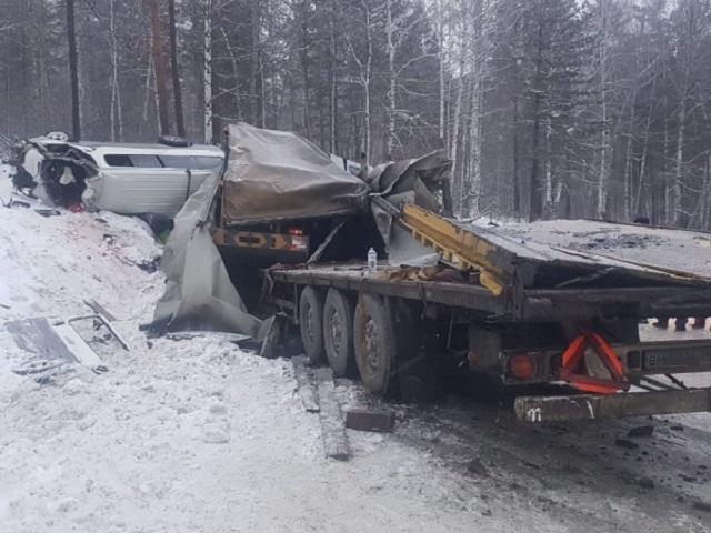 Южноуральский дальнобойщик протаранил микроавтобус в Сибири: один погиб, четверо пострадали