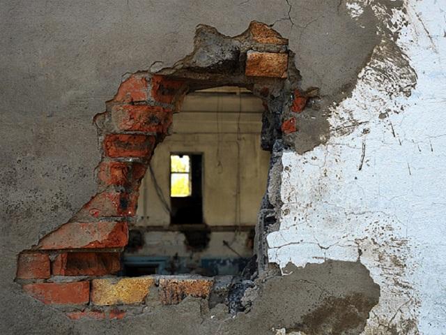 В Миассе воришки разобрали стену кирпичного гаража, чтобы украсть имущество горожанина