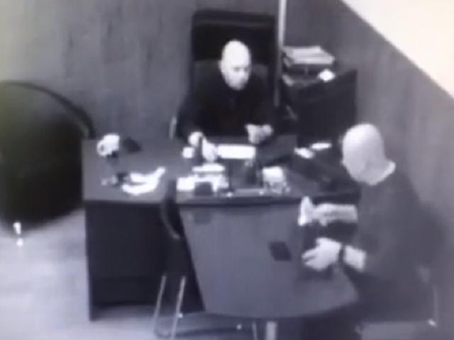 Обнародовано видео, как южноуральский чиновник берет взятку