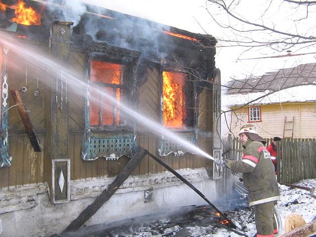 В Миассе мужчина пострадал, пытаясь спастись из горящего дома