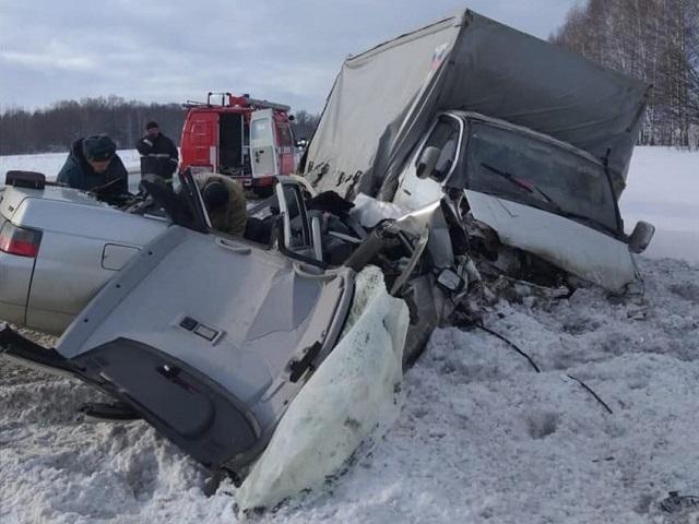 Водитель легковушки погиб в лобовом ДТП с грузовиком на южноуральской трассе. ВИДЕО
